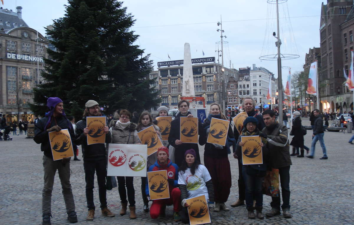 Manifestantes se reuniram na Praça Dam em Amsterdã, Holanda, para pedir que o Brasil salve os Awá.