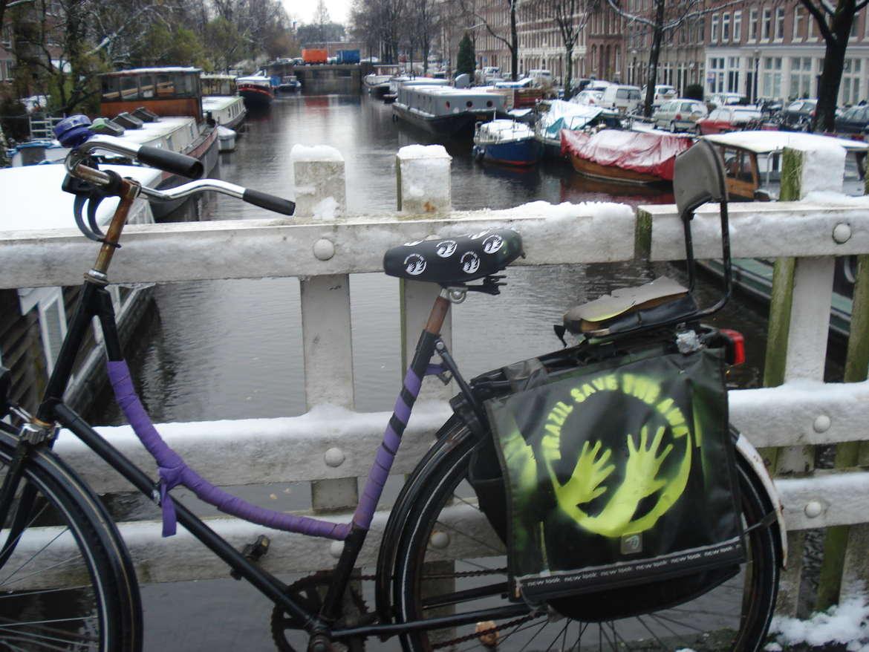 Auf einer Radtasche in Amsterdam