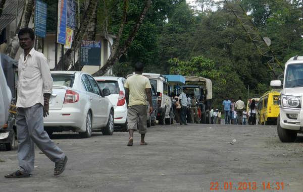 Bevor das Gericht im Januar Touristen die Nutzung der Straße untersagt hatte, reisten Hunderte von Fahrzeugen täglich entlang der Andaman Trunk Road.