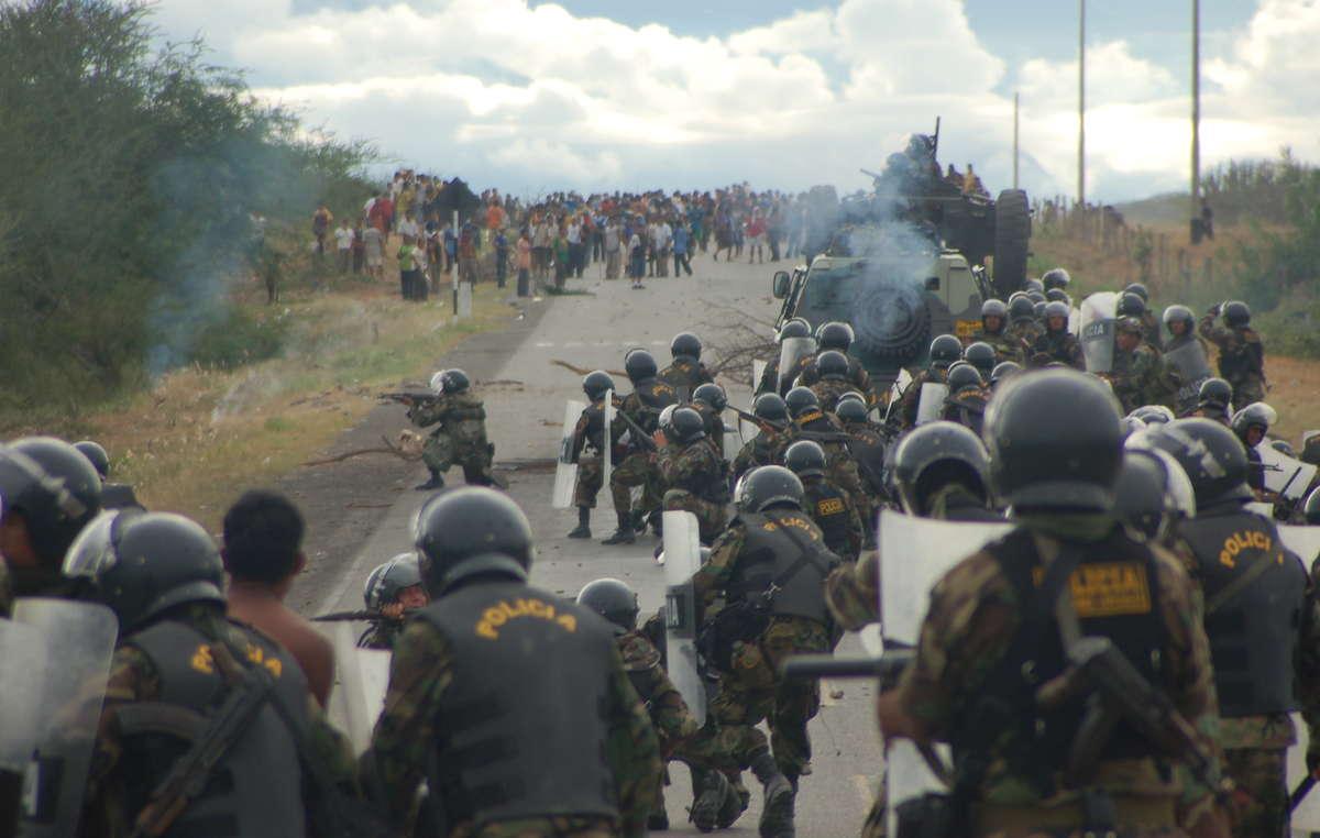 La policía ataca a los manifestantes durante los sucesos de Bagua el 5 de junio de 2009.