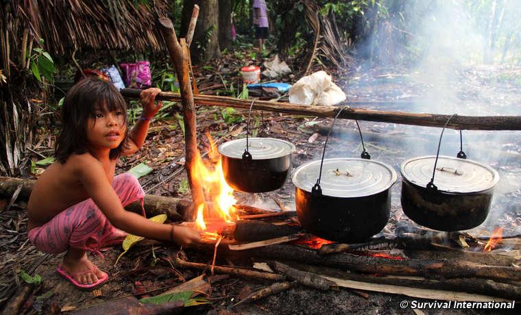 Non appena la famiglia si ferma a riposare sulla riva di un fiume, subito si mette a bollire una pentola di platano dolce e iucca.
