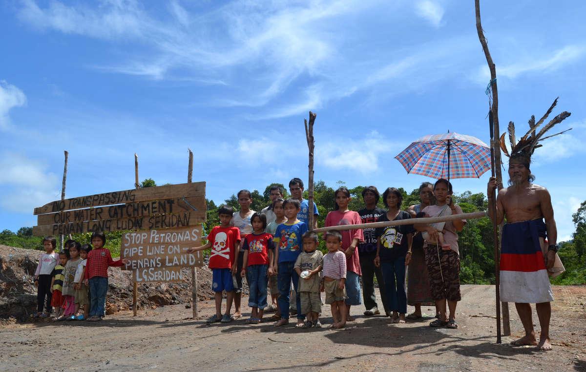 Les Penan de Long Seridan manifestent contre la construction dun gazoduc qui traverse leur territoire ancestral.