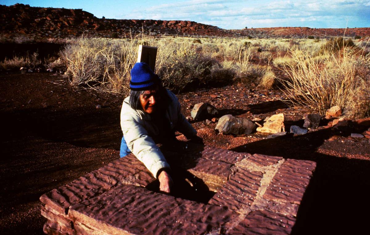 Ein Hopi-Mann, James Kootshongsie, in Wupatki, einer antiken Anasazi-Stätte in Arizona