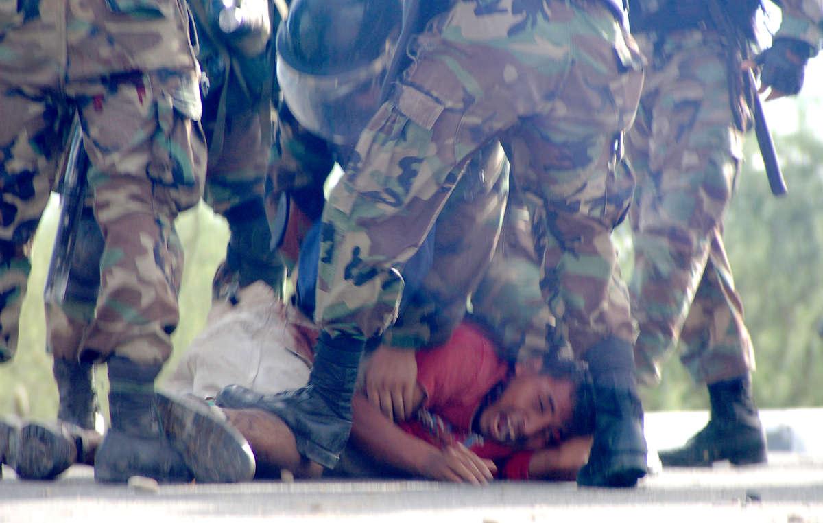 Un manifestant blessé est frappé par les policiers, Bagua, Pérou