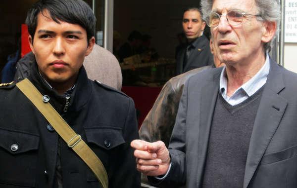 Der junge Hopi Bo Lomahquahu mit dem Direktor von Survival International Frankreich, Jean-Patrick Razon