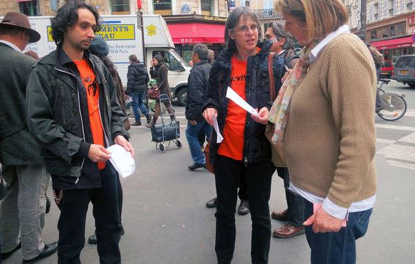 Demonstranten von Survival International verteilen Flugblätter vor dem Auktionshaus.