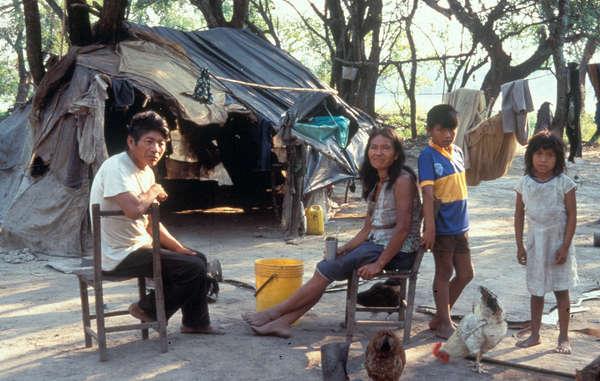 Plusieurs familles enxet ont été forcées de vivre pendant des décennies au bord des routes dans des campements de fortune.
