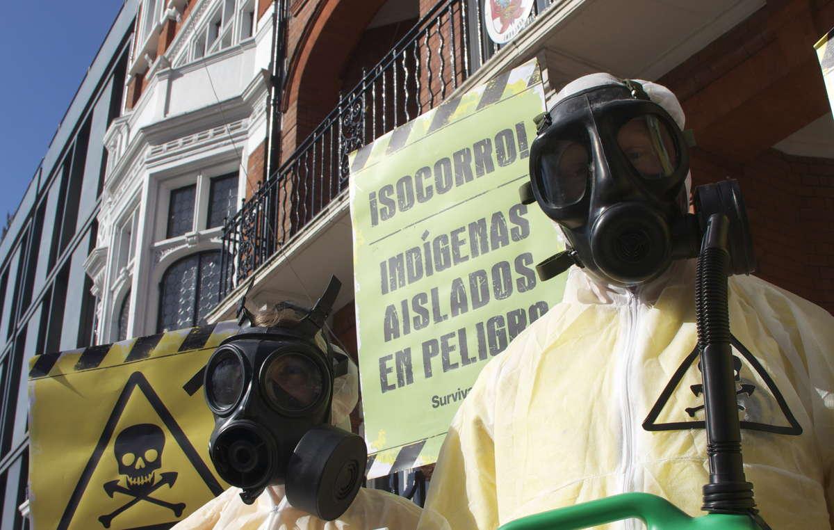Les manifestants à Londres portent des masques pour symboliser les effets mortels du projet Camisea sur les tribus isolées du Pérou.