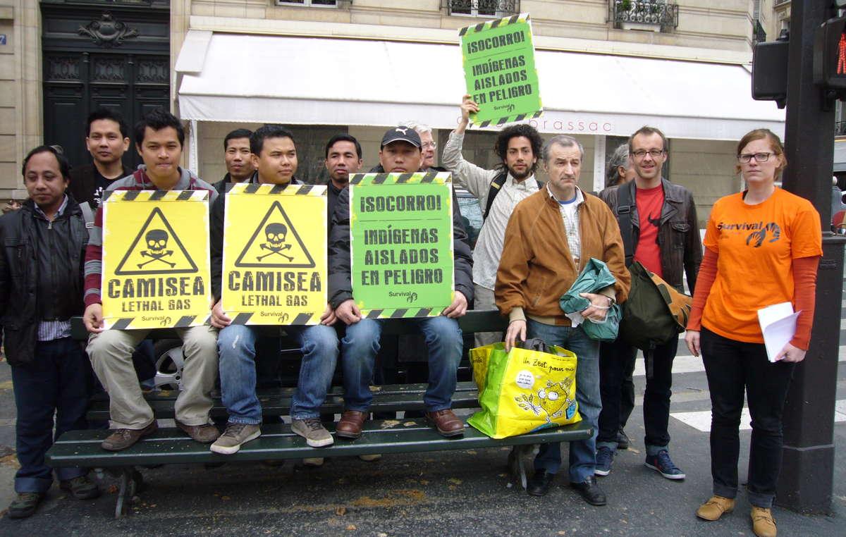 Les manifestants à Paris ont brandi des pancartes symbolisant les effets mortels du projet Camisea sur les tribus isolées du Pérou.