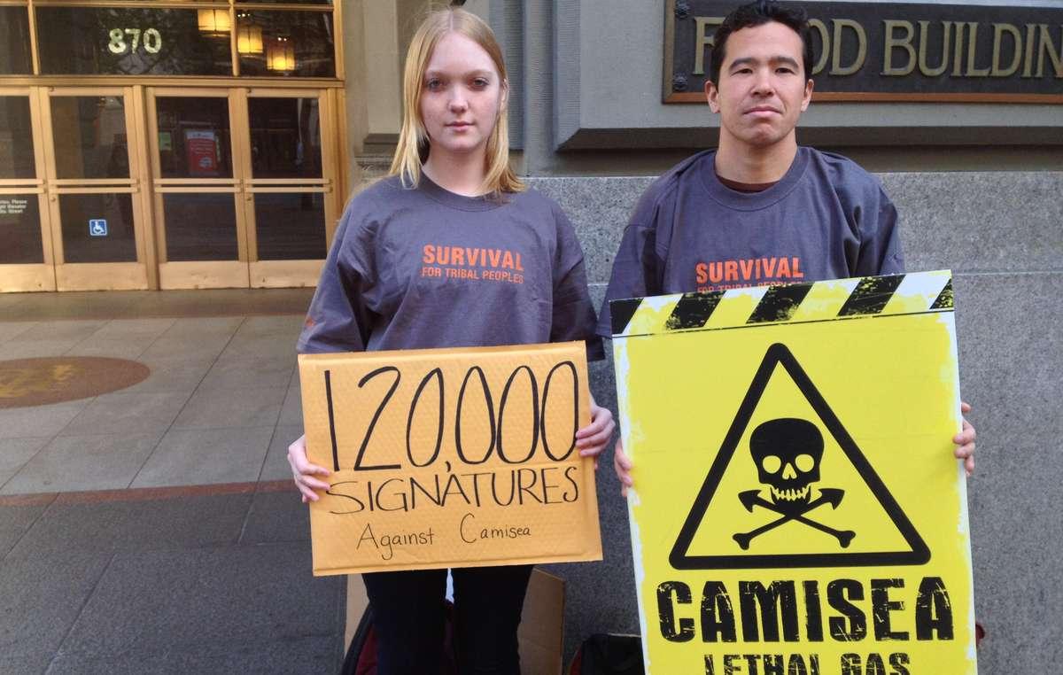 Dos manifestantes en San Francisco contra la ampliación del proyecto Camisea que amenaza a los indígenas aislados de Perú.