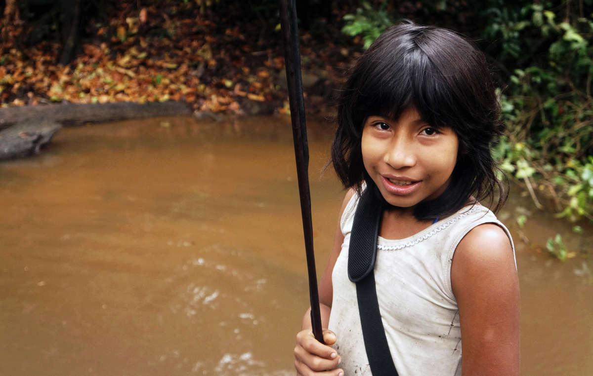 Pequena Borboleta, uma menina Awá. Os Awá têm implorado que todos os invasores ilegais sejam retirados da sua floresta.