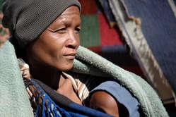 Femme bushman et son enfant, Kaudwane, Botswana.