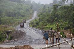 Les Penan ont régulièrement érigé des barrages pour empêcher la destruction de leur forêt.