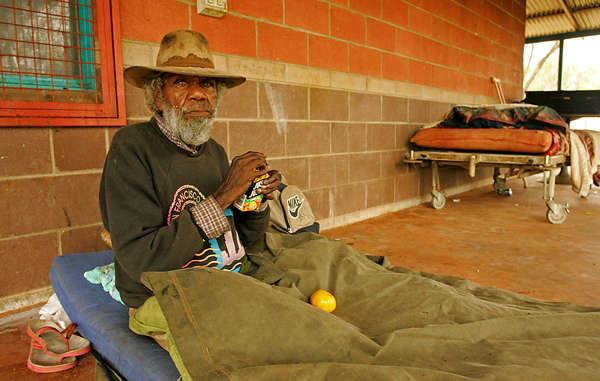 Ein Aborigine-Ältester vor seinem Haus in Alice Springs. Die sozialen Probleme unter den 3.000 Aborigines, die in seiner Gemeinde leben, sind riesig und reichen von Alkoholmissbrauch zu häuslicher Gewalt.