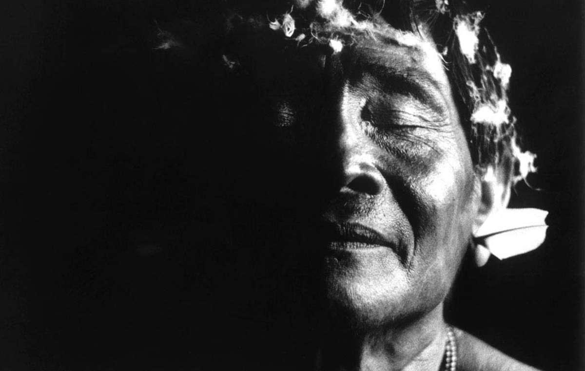 Ein Yanomami-Schamane auf einem der Tausenden von Fotos, die Claudia Andujar in ihrer Arbeit mit den Yanomami aufgenommen hat.