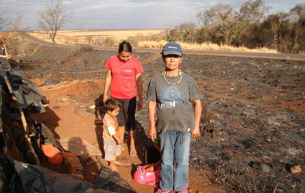 Damiana Cavanha, Anführerin der Gemeinde Apy Ka'y, steht neben den Resten ihres Lagers, nachdem es bei einem Feuer zerstört wurde.