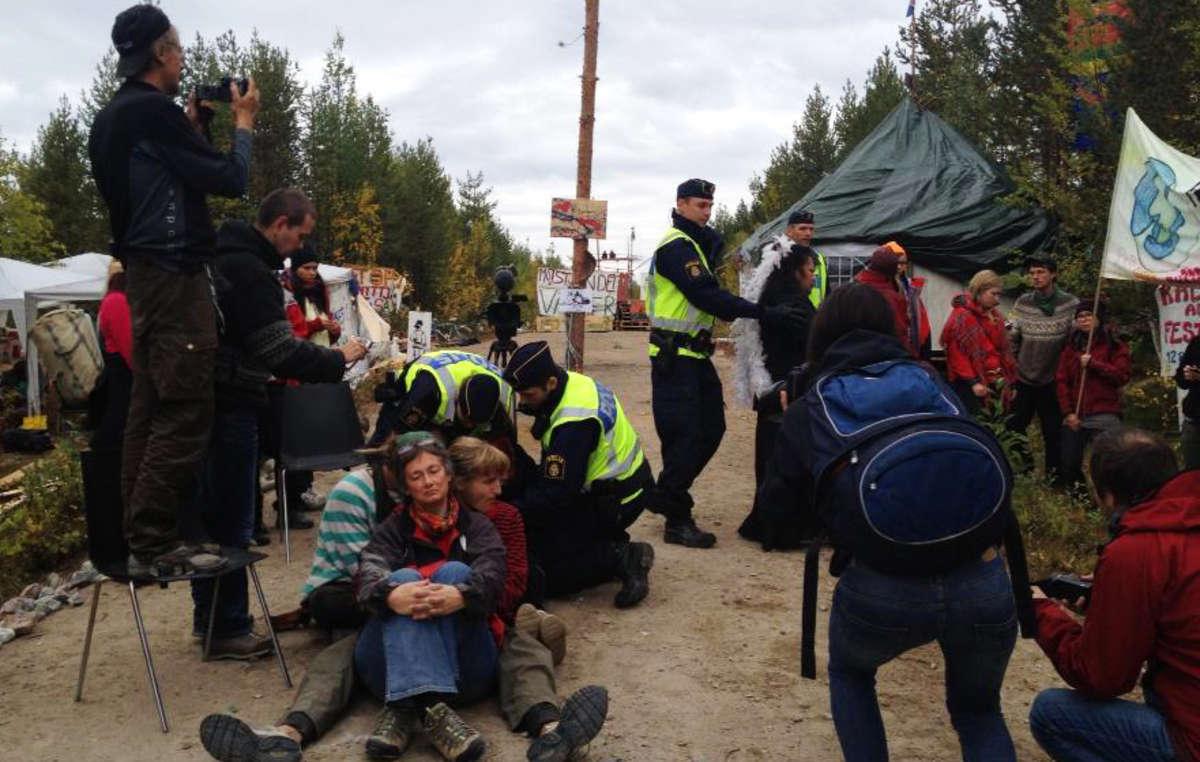 La police a arrêté plusieurs manifestants et a tenté de démanteler le barrage.