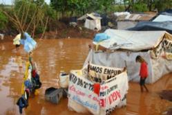 Comunidad guaraní de Laranjeira Ñanderu, situada al lado de la carretera, abnegada por las inundaciones.