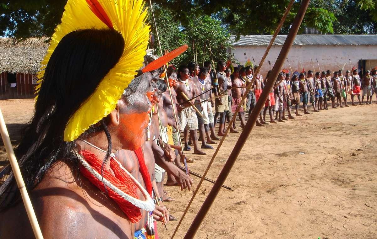 Danse kayapo lors dune manifestation contre le projet de barrage de Belo Monte.