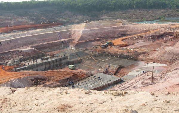 Uma nova hidrelétrica sendo construída na floresta amazônica brasileira.