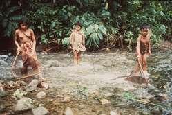 Enfants palawan pêchant dans la rivière Singnapan, à Ransang, municipalité de Rizal. © Dario Novellino