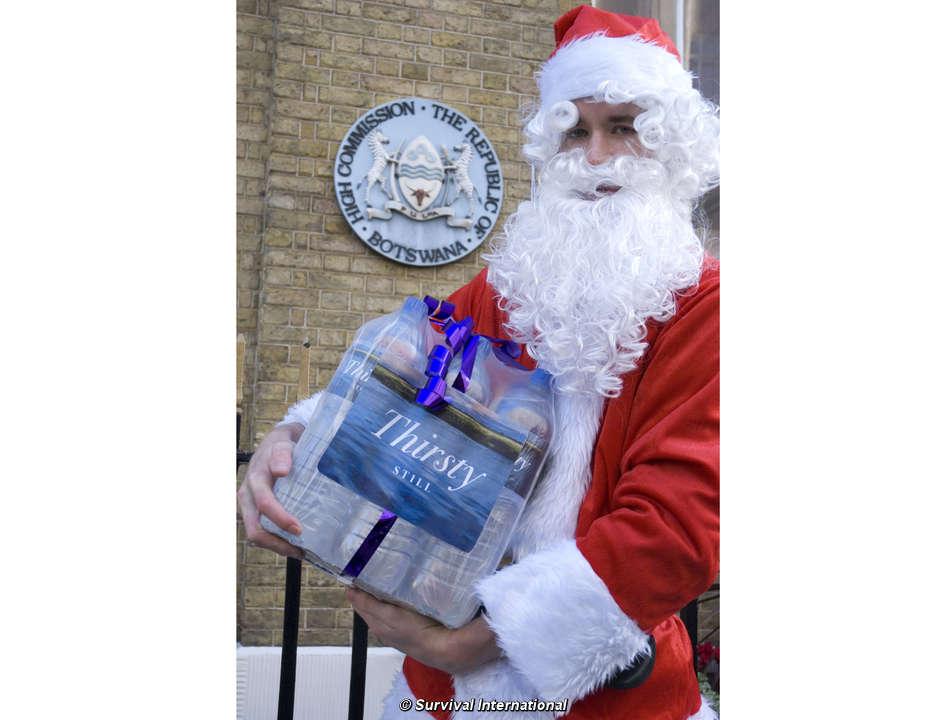 Sedientos santa claus entrega un regalo de navidad al - Un santa claus especial ...