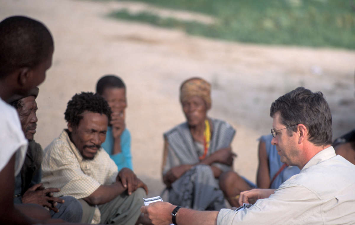 Stephen Corry avec les Bushmen du Kalahari central.
