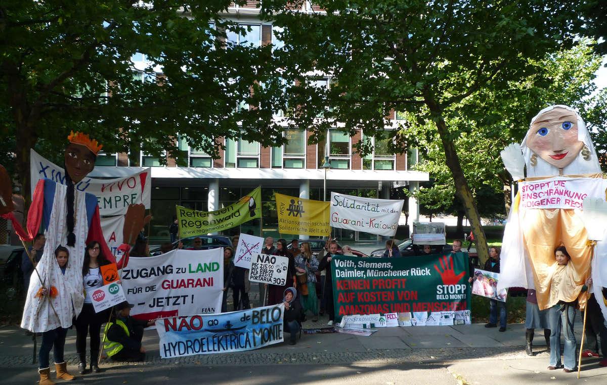 In Berlin forderten gestern Anhänger von Survival, FIAN und anderen Organisationen von Brasilien einen Stopp der bedrohlichen Gesetze und den Schutz indigenen Landes.