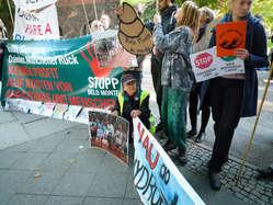 Demonstranten vor der brasilianischen Botschaft in Berlin