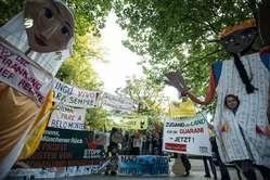 In Berlin forderten Aktivisten von Brasilien einen Stopp der bedrohlichen Gesetze und den Schutz indigenen Landes.