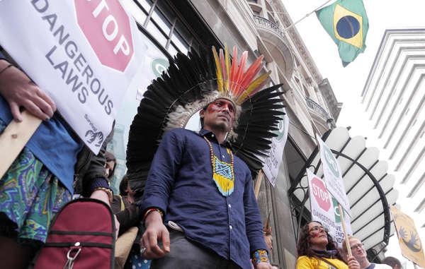 Nixiwaka Yawanawá aus dem brasilianischen Amazonasgebiet nimmt heute am Protest gegen die Unterwanderung indigener Rechte in London teil.