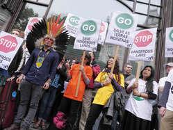 """""""Auch in London zeigen Menschen ihre Unterstützung für die Proteste indigener Völker in Brasilien."""""""
