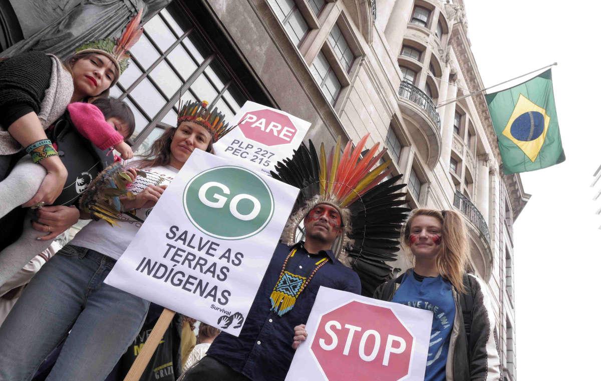 Les manifestants ont brandi des pancartes en soutien aux Indiens qui manifestent actuellement au Brésil.