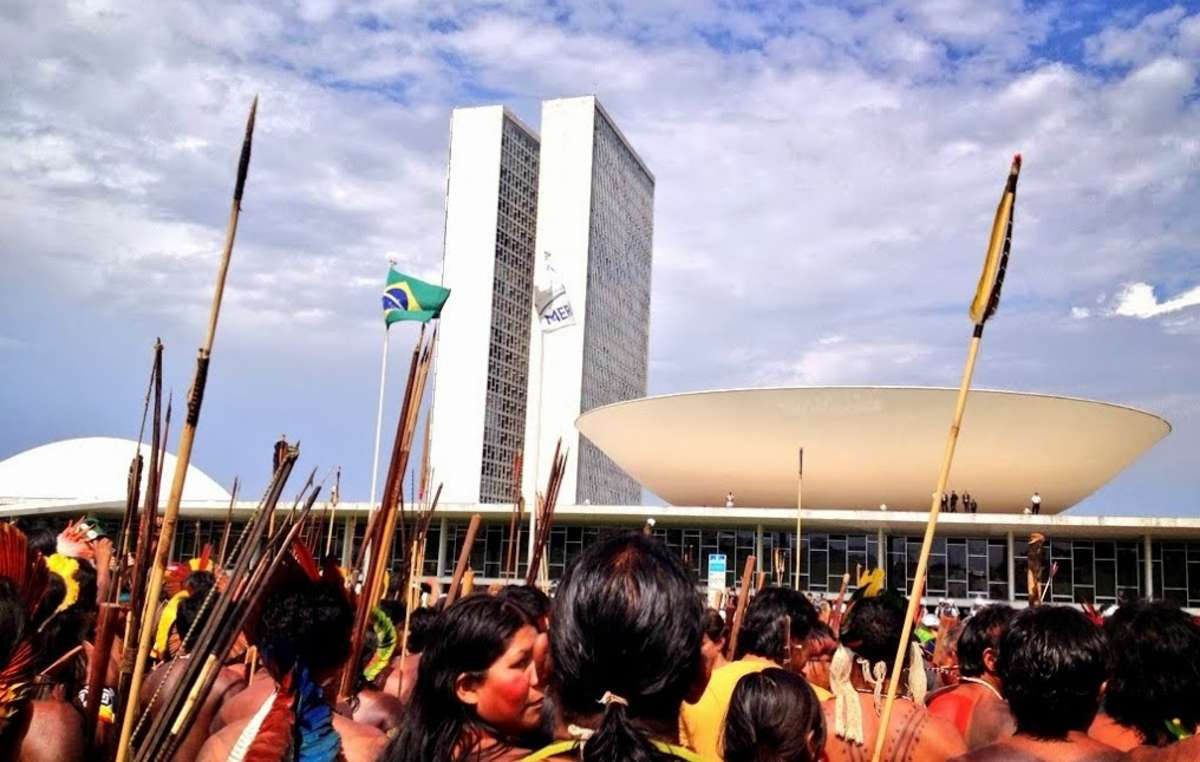 Brasilanische Indigene protestieren vor dem Kongress in Brasília.