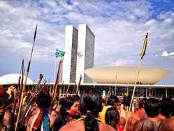 """""""Brasilanische Indigene protestieren vor dem Kongress in Brasília."""""""