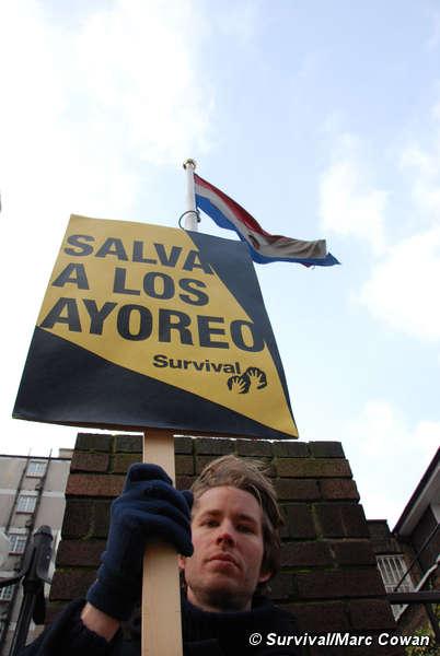 Concentración pacífica en Londres ante la embajada de Paraguay para salvar a los ayoreo.