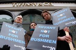 Demonstranten versammelten sich heute vor  Tiffany Filialen in Berlin, London, San Francisco,  Paris und Madrid. © Survival