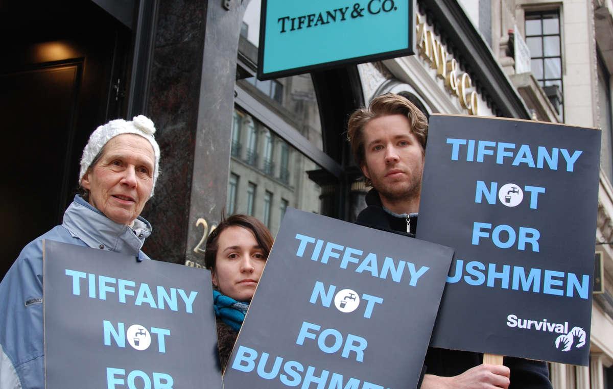 Manifestants devant la boutique Tiffany à Londres.