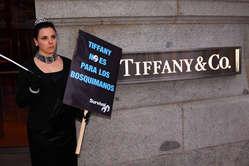 Manifestante caracterizada de Audrey Hepburn protesta a las afueras de la tienda de Tiffany en Madrid