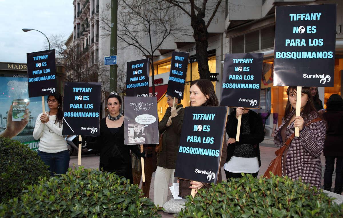 Manifestantes protestan frente a la tienda de Tiffany en Madrid.