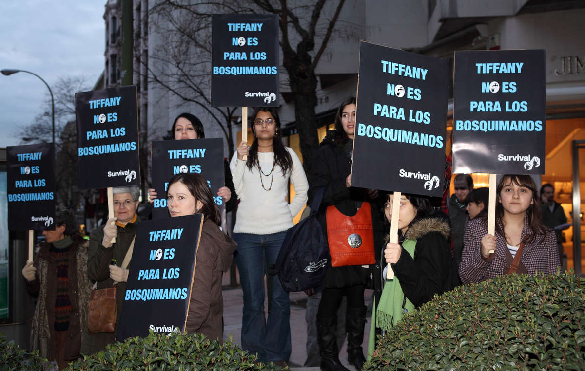 Manifestantes ante la tienda Tiffany de Madrid