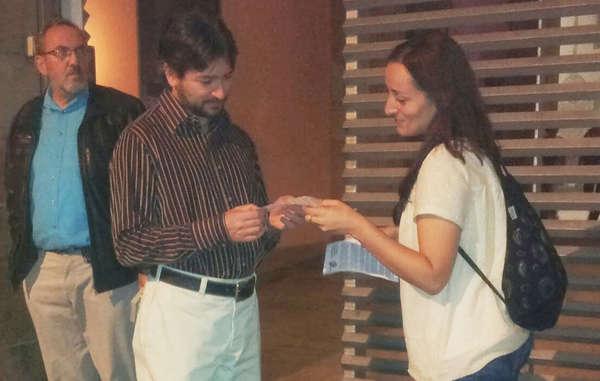 Simpatizantes de Survival entregan folletos informativos a la salida de una ponencia de Jared Diamond en Barcelona.