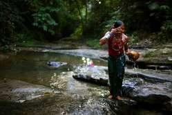 Eine Jumma wäscht sich am Fluss
