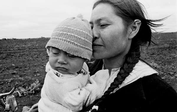 Indigene Völker stellen rund fünf Prozent der Bevölkerung Uruguays dar. Dazu gehören die Guarani. (Angehörige der Guarani in Brasilien mit ihrem Kind.)
