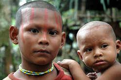 Jeune fille nukak et sa soeur, Cano Chua, Colombie.