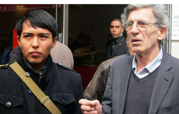 Hopi-Student Bo Lomahquahu und der Direktor von Survival International Frankreich protestierten vor der Auktion von 70 Katsinam im April 2013.