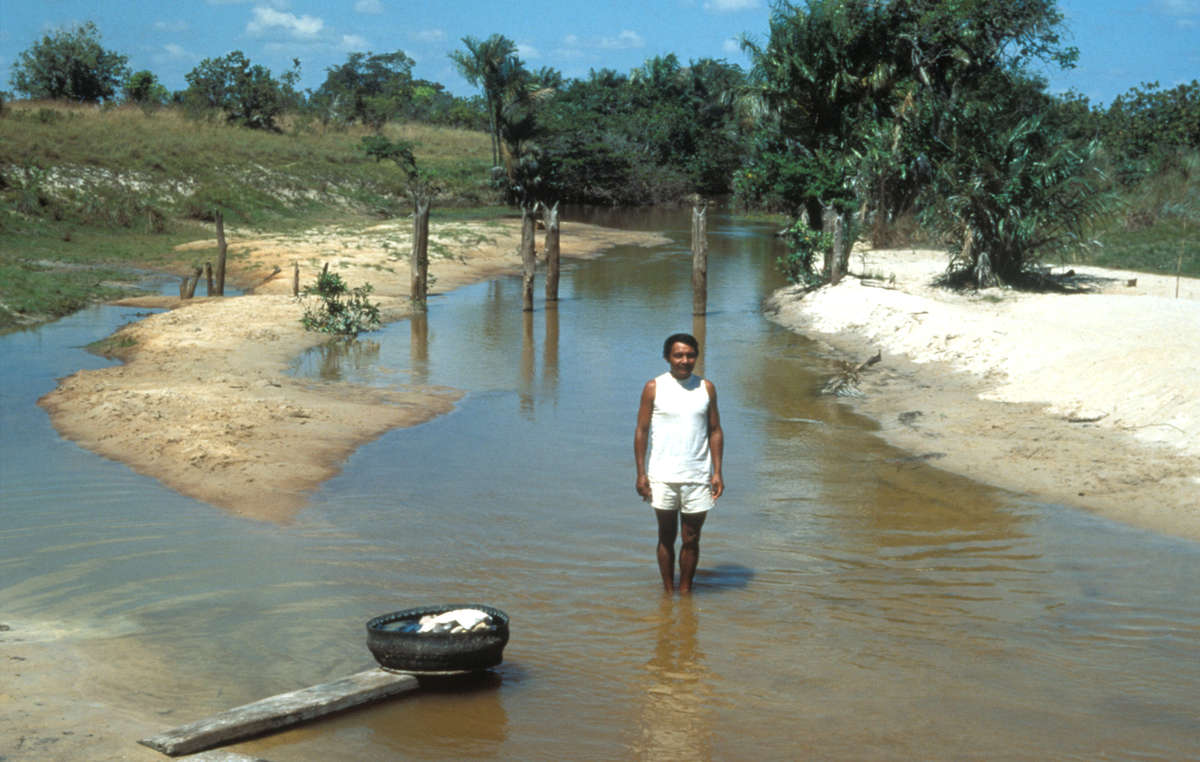 1996 marschierte eine große Gruppe von Bauern illegal in Raposa Serra do Sol ein, um Reisfelder anzulegen. Hier zeigt Makuxi-Dorfvorsteher Ademar de Sousa das Wasser im düngemittelbelasteten Dorf Jawari.