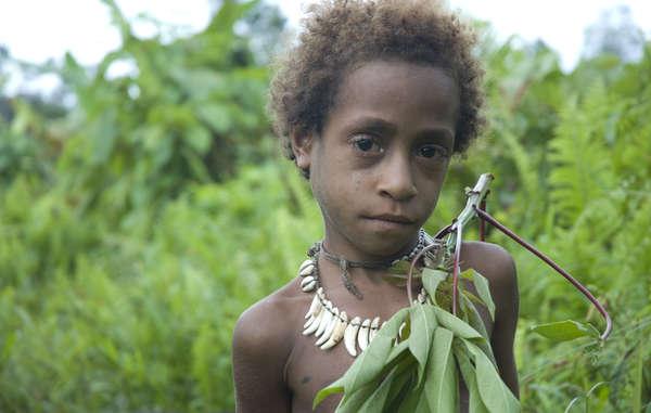 Ein Korowai Kind in West Papua, das seit 1963 von Indonesien besetzt wird