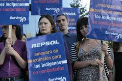 Manifestantes congregados hoy ante la sede del gigante petrolífero Repsol-YPF © Aitana Luis/Survival