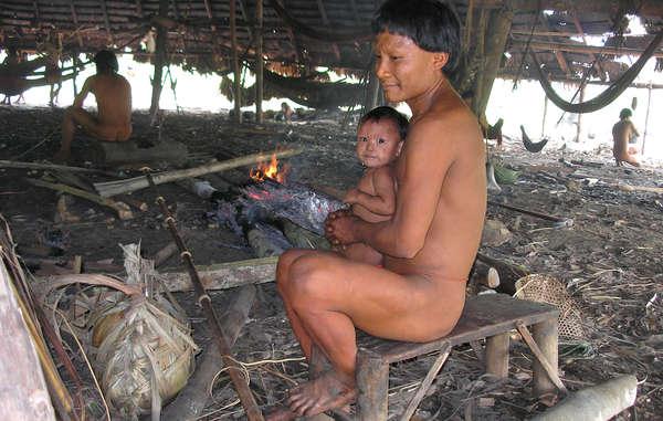 Un père suruwaha et son fils; Brésil. Des missionnaires évangéliques ont, à plusieurs reprises, accusé à tort la tribu d'infanticide.